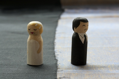 Wooden figures illustrating uncontested divorce